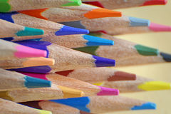 Konstnärer som färgar blyertspennor Arkivfoton