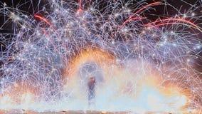 Konstnärer som jonglerar med brinnande poi& x27; s på brandkapaciteten Arkivbild
