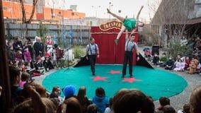 Konstnärer som utför i deras akrobatiska show arkivfoto