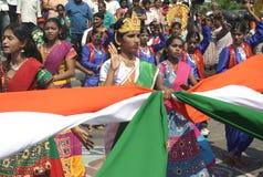 Konstnärer utför utför traditionell dans med den indiska nationsflaggan arkivfoton