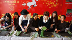 Konstnärfolket gör in kakakonkurrens Royaltyfria Bilder