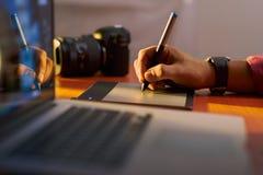 KonstnärfotografRetouches Photo On dator med den grafiska fliken arkivfoton