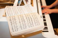Konstnärhänder av en pianospelare Arkivbild