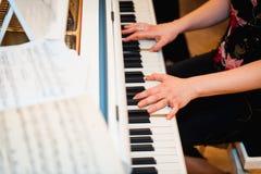 Konstnärhänder av en pianospelare Fotografering för Bildbyråer