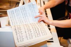 Konstnärhänder av en pianospelare Arkivbilder