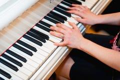 Konstnärhänder av en pianospelare Arkivfoton