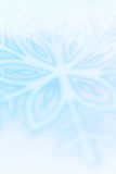 Konstnärlig bakgrund för vintersnöflingor i blått Royaltyfri Foto