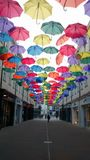 Konstnärlig gatagarnering med paraplyer i badet, UK Arkivfoto