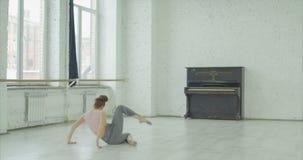 Konstnärlig gymnast som utbildar korta rutiner i studio stock video