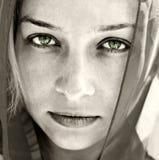 konstnärlig härlig ögonståendekvinna arkivbild