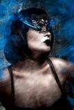 Konstnärlig härlig kvinna med kort hår och den Venetian maskeringen, gas arkivfoton