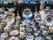 Konstnärlig krukmakeri på försäljning på bönder marknadsför i Lancaster England i mitten av staden arkivfoto