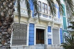 Konstnärlig kulör fasadbyggnad i El Grao, maritimt område C royaltyfri fotografi