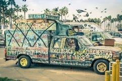 Konstnärlig minivan för hippie i den Venedig stranden - Los Angeles Arkivfoton
