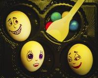 Konstnärlig närbildsammansättning av rolig känsla för ljus för äggfamiljunderyellow för jul och easter royaltyfria foton