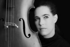 Konstnärlig omvandling av den hållande violoncellen för härlig brunett med sel royaltyfri foto
