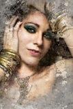 Konstnärlig stående med texturerad bakgrund, härlig kvinna med fotografering för bildbyråer