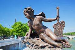 Konstnärlig staty på Alexandre Bridge mot Eiffeltorn. Paris Frankrike arkivbilder