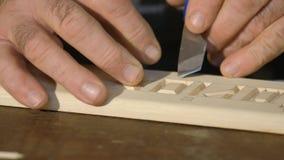 Konstnärlig träskulptur, närbild, hjälpmedel/snida övre för hjälpmedel nära konstnärlig träskulptur lager videofilmer