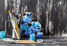konstnärlig utrustning Borstar och målarfärger för att dra Objekt för kreativitet för barn` s arkivfoto