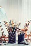 Konstnärlig utrustning i studio av målaren royaltyfria foton