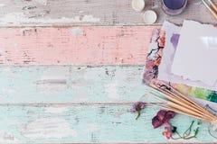 Konstnärlig workspace, borstar, målarfärger, royaltyfri fotografi