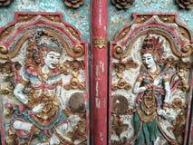 Konstnärliga dcorations på en tempeldörr i Ubud, bali, Indonesien Royaltyfria Bilder
