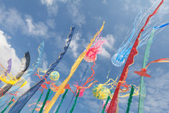 Konstnärliga drakar, flaggor, river av att fladdra i himlen Fotografering för Bildbyråer