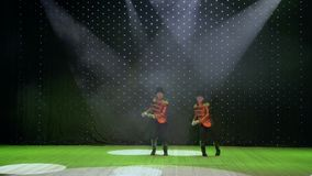 Konstnärliga gentlemän dansar på etapp i teater stock video