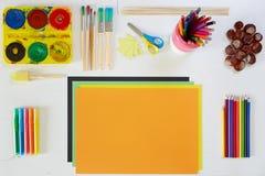 Konstnärliga hjälpmedel på den vita lilla tabellen för barn Arkivbilder