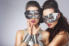Konstnärliga kvinnor i utsmyckade ljusa exponeringsglas Royaltyfri Bild