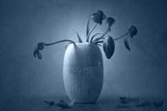 Konstnärliga vissnade blommor i vas Arkivfoton