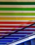 Konstnärligt abstrakt begrepp av regnbågefärgväggen royaltyfri fotografi