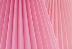 Konstnärligt abstrakt begrepp med vikta Rose Pink Fabric på lutade parallella vinklar En designbakgrund med rum eller utrymme för Arkivbilder