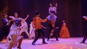 Konstnärligt folk som dansar på etapp i teater lager videofilmer