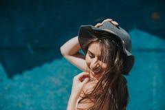 Konstnärligt foto av den unga hipsterhandelsresandeflickan med hatten på havet arkivbild
