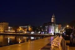 Konstnärligt foto för kluven Kroatien under nattetiden med den berömda gränsmärket Royaltyfria Foton
