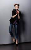 Konstnärligt kvinnligt göra en gest och agera - kapacitet Royaltyfri Fotografi