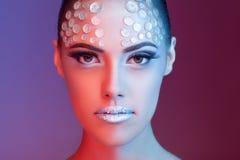 Konstnärligt modebergkristallsmink på härlig kvinna royaltyfri bild