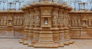 Konstnärligt snida på den röda och vita stenen, shankheshwar parshwanath, jain tempel, gujrat, Indien arkivbild