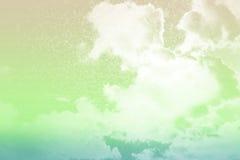 Konstnärligt texturerade mjukt moln och himmel med abstrakt grunge Fotografering för Bildbyråer
