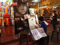 Konstnärmålarfärgbilder på natten marknadsför i Chiang Mai royaltyfri foto