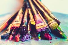 Konstnärmålarpenslar med målarfärgcloseupen på konstnärlig kanfas Royaltyfria Foton