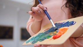 Konstnärmålning med olje- målarfärger stock video