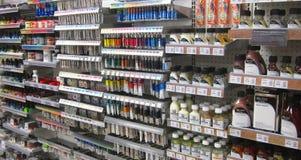 Konstnärmaterial, målarfärger i ett lager Arkivbild