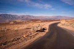 Konstnärs Death Valley för perfekt dag för väg för drevsida nationalpark Fotografering för Bildbyråer