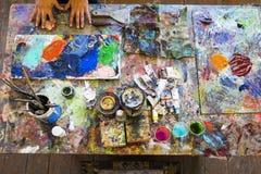 Konstnärs målningprocess abstrakt målning Fotografering för Bildbyråer