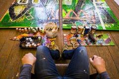 Konstnärs målningprocess abstrakt målning Royaltyfria Bilder
