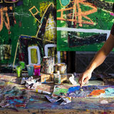 Konstnärs målningprocess abstrakt målning arkivbild