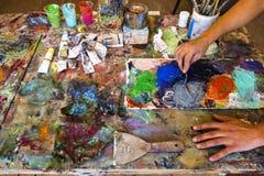 Konstnärs målningprocess abstrakt målning arkivfoton
